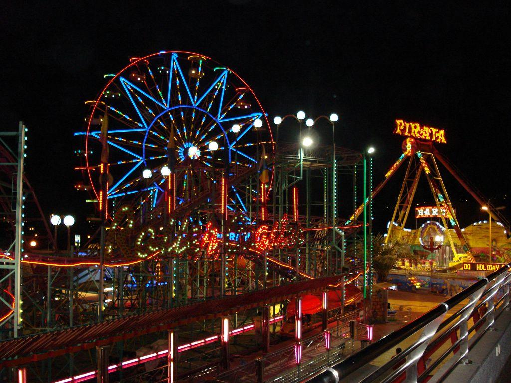 Парк Холидей Ворлд на Гран Канарии в вечернее время