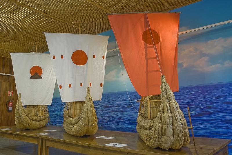 Фото судов Тура Хейердала в зале экспедиций музея Пирамид Гуимар на Тенерифе